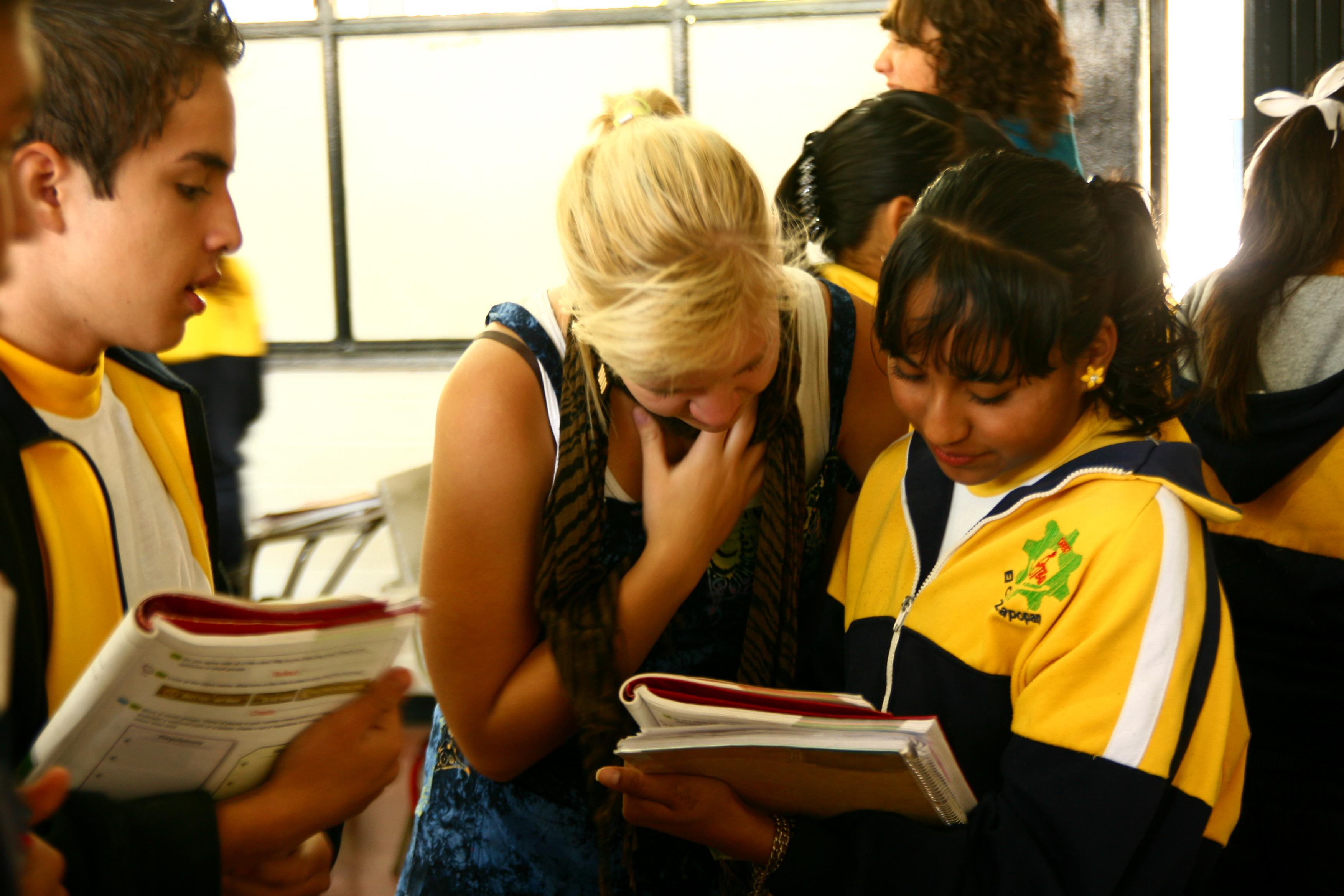 A student studying Spanish in Mexico with Projects Abroad volunteers in a local school with young children.